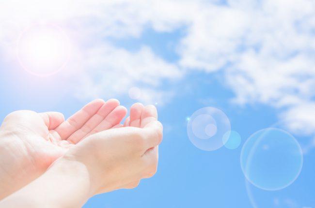 太陽の光と手のひら